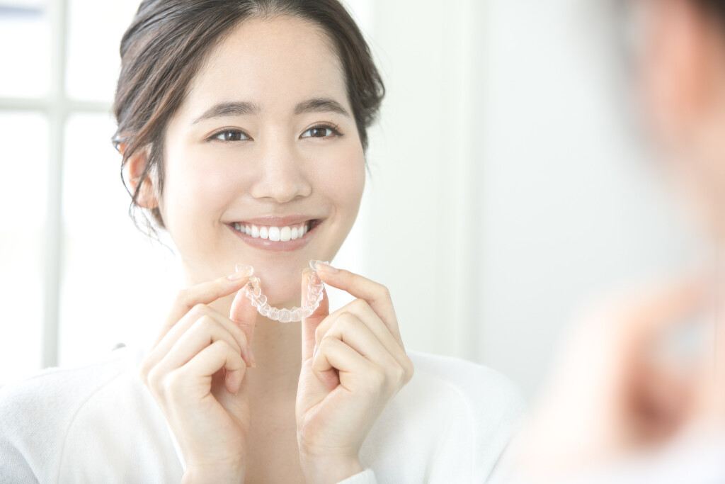 インビザラインは矯正治療中でも自分で取り外し可能なので、食事や歯磨きをいつも通り行うことができます。